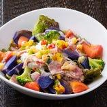 イベリコ豚ベーコンとシャドークィーンの彩りサラダ