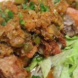人気の油淋鶏 国産薬味のタレをたっぷり揚げ鶏にかけてます