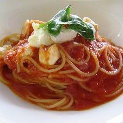 モッツァレラとトマトソースのパスタ