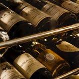 フランスを中心に世界のワインを常時100本以上揃えたセラー
