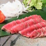 絶品!A5ランクの神戸牛のタタキ。神戸牛の旨みと食感をストレートに味わえます。にんにく醤油でどうぞ♪
