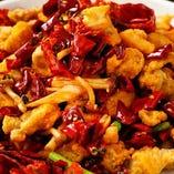 本格四川辛子鶏は2種の唐辛子と山椒のパンチがきいた自慢の一皿