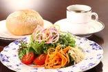 地元の野菜を使ったサラダとパン、コーヒーのセット。770円
