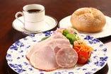 前菜代わりの自家製ハムサラダとパン、コーヒーのセットです。パンはもちろんライスでもご準備しております。1210円
