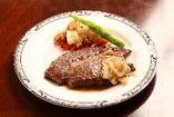 飛騨牛リブロースステーキ 飛騨牛の旨さは、ロースステーキにあると言っても 良い位、代表的な部位です。 キッチン飛騨伝統の焼き方「ブレゼ&ソテー」で焼き上げたステーキをお楽しみ下さい。