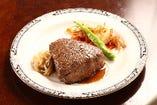 極上の飛騨牛シャトーブリアンステーキ。贅沢な一皿です。数に限りがございますが一度は感動の肉質を感じていただきたいです。