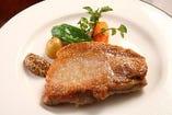 飛騨豚を厚切りにし、いつか洋食屋さんで食したポークソテーを思い出します。