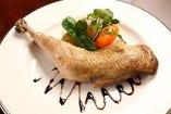 地鶏をじっくりと低温調理した旨味のある鶏肉料理です。