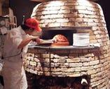 当店自慢のピッツァ窯!薪窯で焼き上げるピッツァは絶品★