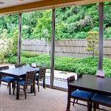 日本庭園を眺めながら、ごゆっくりお食事をお楽しみください