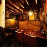 7名様までのテーブル席の半個室。優しい灯りで手貼り和紙が引き立ちます。