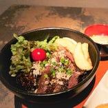 黒毛和牛のステーキ丼(みそ汁・小鉢・ミニサラダ・一口プリン・ドリンク付き)