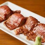 とろける食感の「極上 赤身の炙り肉寿司」4貫1,480円(税抜)