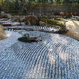〈日本庭園〉 東山を背景にこの地に馴染む景色を造り上げました