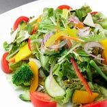 季節野菜をたっぷり使ったサラダ