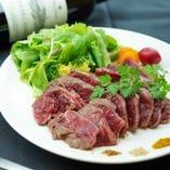 国産牛赤身肉のレアグリル~世界のスパイス~はシェフが厳選してこだわり抜いた新鮮なお肉のレアステーキです