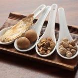 医食同源の精神に基づいて数十種類の漢方食材を配合