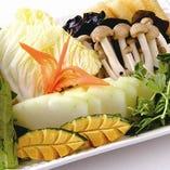 野菜盛り合わせ 白菜、きのこ、青菜などの季節野菜の盛合わせ