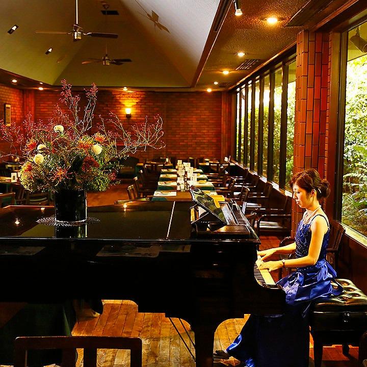 週末のディナーは、ピアノ生演奏に耳を傾けながら優雅なお食事を