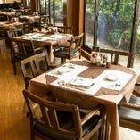 【窓際テーブル席】大きな窓から緑を眺められる、明るいお席です
