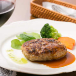 ディナー使いも◎特製ハンバーグ。料理に合うワインもセレクトします。