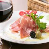 ワインと生ハム♪イタリア産プロシュート使用。美味しいからついつい頼んでしまいますよ~!