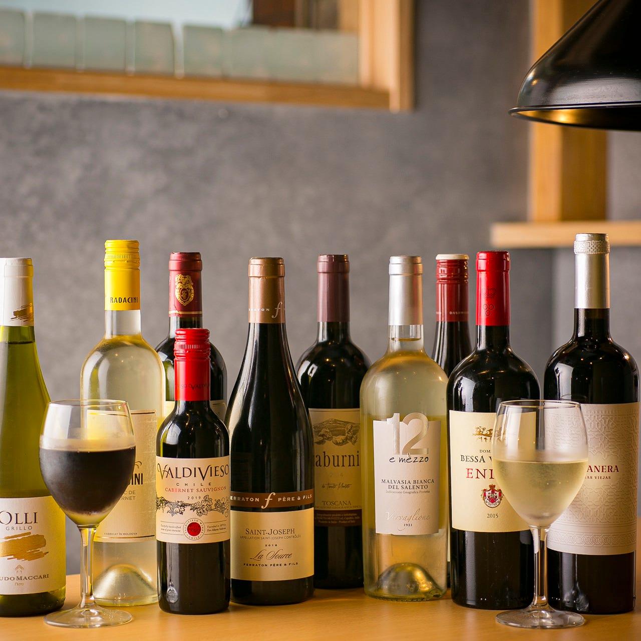 世界各国のワインが入荷。焼肉に合う味わいの赤白ワインが約20種