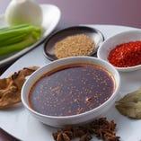 料理で使用するラー油や山椒油は、厳選した素材と独自の製法でシェフが作り上げた自家製。
