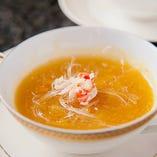 上海蟹味噌入りのフカヒレスープ