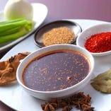 〈自家製調味料〉 シェフが作り上げたラー油や山椒油を使用!