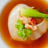 響香の1番の名物はフカヒレを使ったお料理です。多くのお客様が驚かれる、大きなサイズのフカヒレを豪快に使用。フカヒレの広東風上級スープ餡かけ~タラバ蟹身添え~