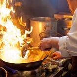 素材の旨味を逃がさない絶妙な火加減、自家製調味料を駆使した味付けなど、多くの卓越した技術で、絶品料理へと仕上げていきます。
