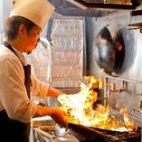 18歳の頃から中華料理を学び、有名ホテルの調理場でその腕を磨いたシェフが在籍しています。