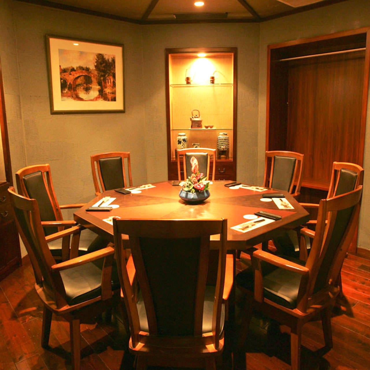 八角形のテーブル席は完全個室。