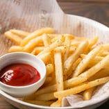フライドポテトは+50円(税抜)で目玉焼きをトッピングできます。
