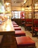 サラリーマンの方や、女性のお客様で賑わう、昭和レトロな店内