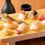店名にも掲げる寿司。職人が握ります