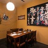 大漁旗や日本酒のラベルで飾られた活気ある空間!親しみやすく居心地抜群です