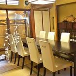 ご家族御親族の集いにテーブル席の個室もございます。接待/和食