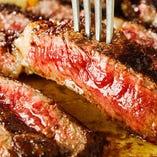 抜群の焼き加減、溢れ出す肉汁が食欲を刺激します。