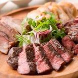 当店自慢の肉盛り。日比谷で美味しい肉料理ならびすとろ家へ!