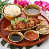 海南鶏飯(揚げ)【肉大盛+¥200(税込)、ライス大盛+¥100(税込)】