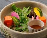 【サラダ】季節の野菜サラダ たまり醤油のバーニャソース