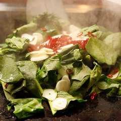 鉄板焼き屋の青菜炒め