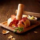 生ハムとサラミ、特製ザワークラウトとピクルスを味わえます。木槌でクラッカーを割ってお楽しみください。