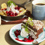 食べ応えのある、チョコ×ベリーの濃厚なブラックフォレストケーキが大好評♪