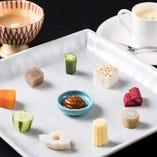 季節野菜のドミノプレート、日替わりのスープ(提供は1種)