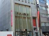 【アクセス】 ビルの右奥にエレベーターホールがございます。