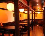 ゆっくりと落ち着ける江戸風情の店内。女性お一人様も多い。