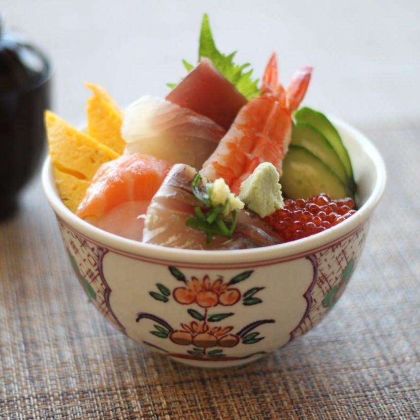 「海鮮丼」はお得でボリュームたっぷり